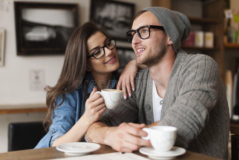 在咖啡馆的年轻夫妇 免版税库存图片