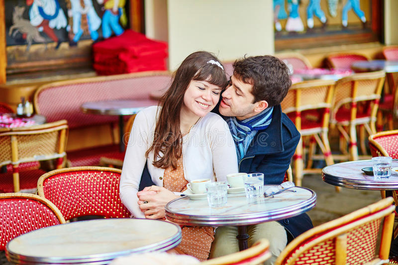 在咖啡馆的年轻浪漫夫妇 免版税库存照片