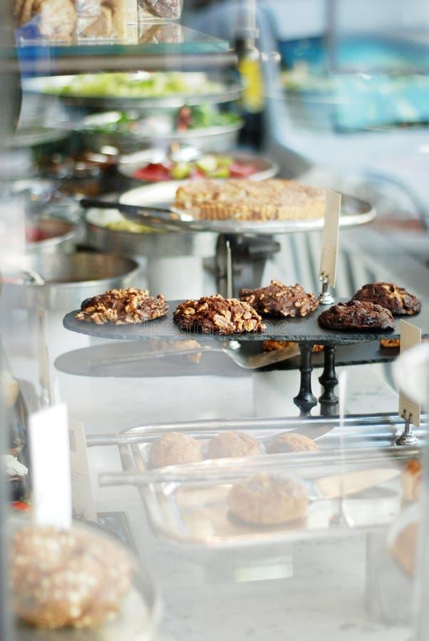 在咖啡馆的vitrine的被烘烤的健康曲奇饼 免版税库存照片