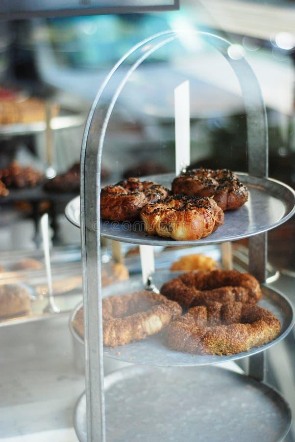 在咖啡馆的vitrine的被烘烤的土耳其酥皮点心 免版税图库摄影