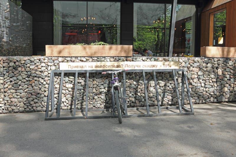 在咖啡馆附近的自行车停车处 库存照片