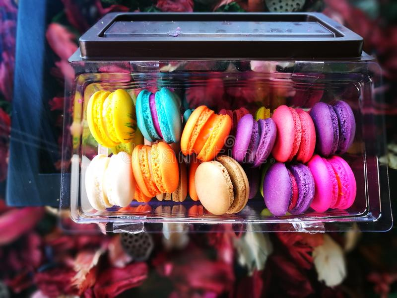 在咖啡馆Amezon泰国的五颜六色的Macaron 库存照片