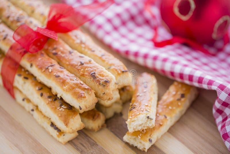在咸Grissini棍子上添面包用芝麻和亚麻籽 免版税库存照片
