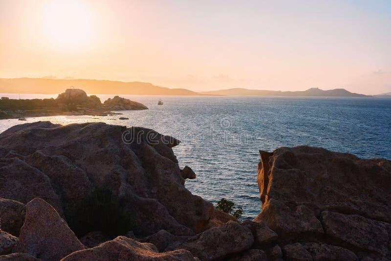 在品柱的日出耶老岛在科斯塔Smeralda陆间海 库存图片