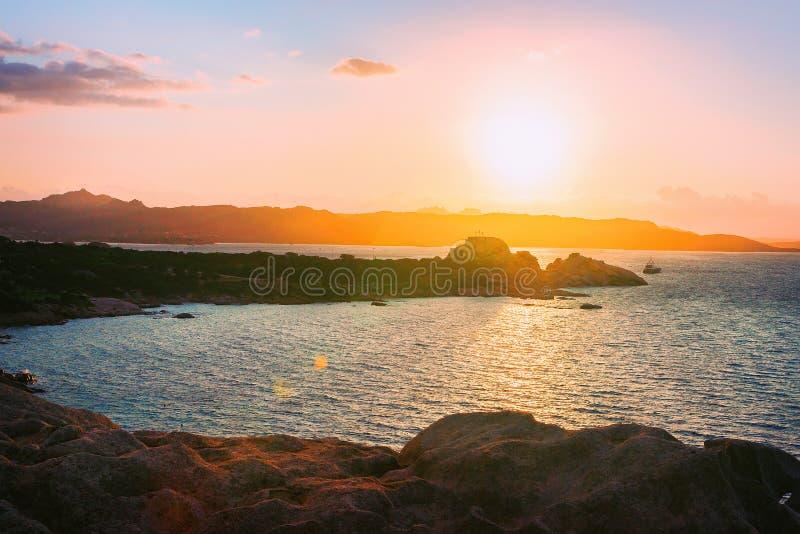 在品柱的日出耶老岛在科斯塔Smeralda陆间海 库存照片