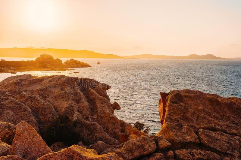 在品柱的日落耶老岛在地中海科斯塔Smeralda意大利 免版税库存图片