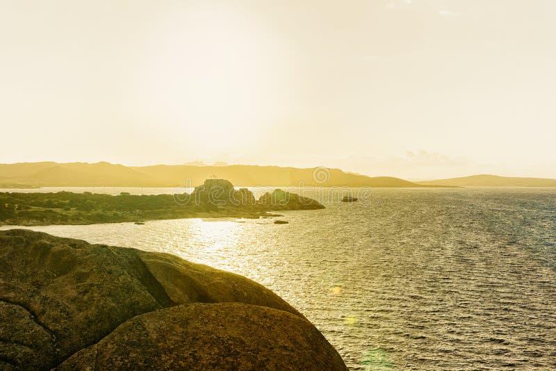 在品柱耶老岛的科斯塔Smeralda陆间海的日出 库存图片