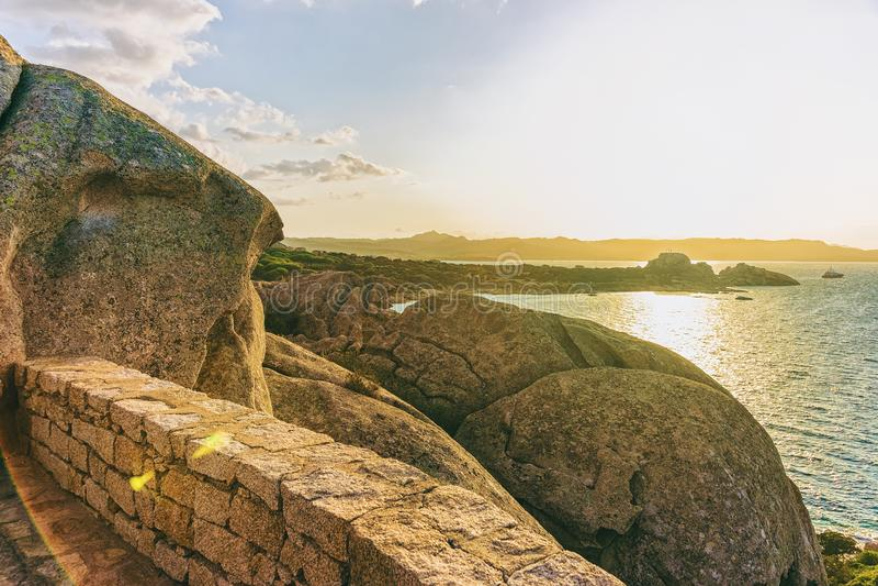 在品柱耶老岛的科斯塔Smeralda陆间海的日出 免版税库存照片