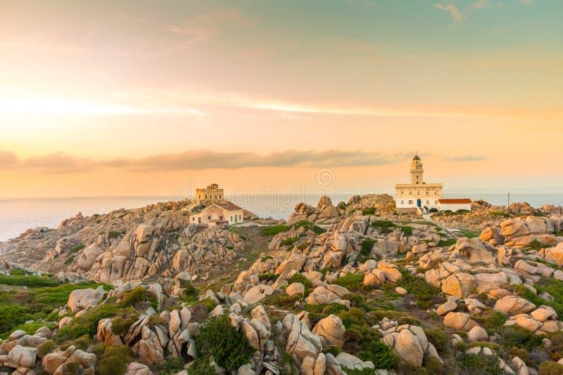 在品柱介壳,撒丁岛,意大利的灯塔 库存图片