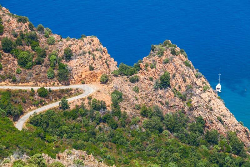 在品柱Rosso,皮亚纳,可西嘉岛的山路 库存照片