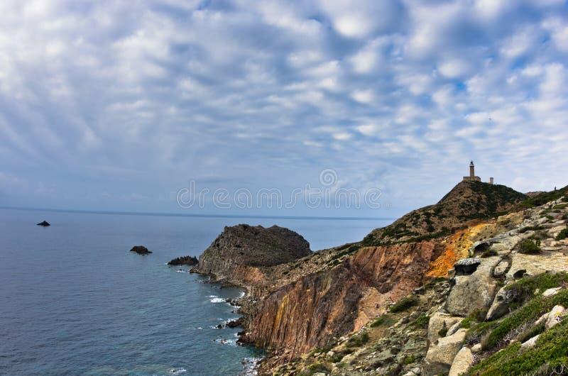 在品柱Sandalo的灯塔在圣彼得罗海岛,撒丁岛西海岸  库存照片