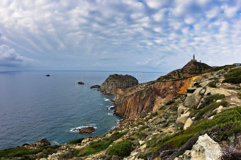 在品柱Sandalo的灯塔在圣彼得罗海岛,撒丁岛西海岸  免版税库存照片