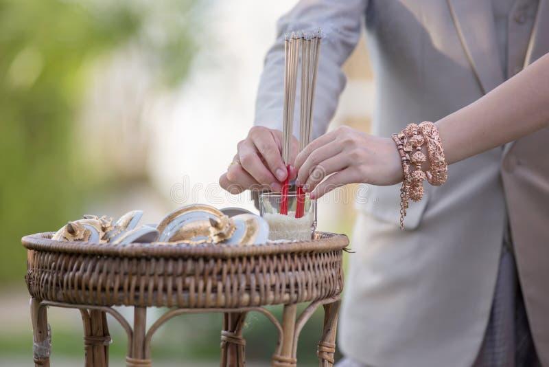 在品种食物、亚洲祈祷的信仰和传统的香火为他们的祖先, 库存图片