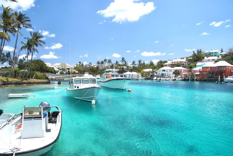 在哈密尔顿,百慕大乘快艇在蓝色海水的小船 免版税图库摄影