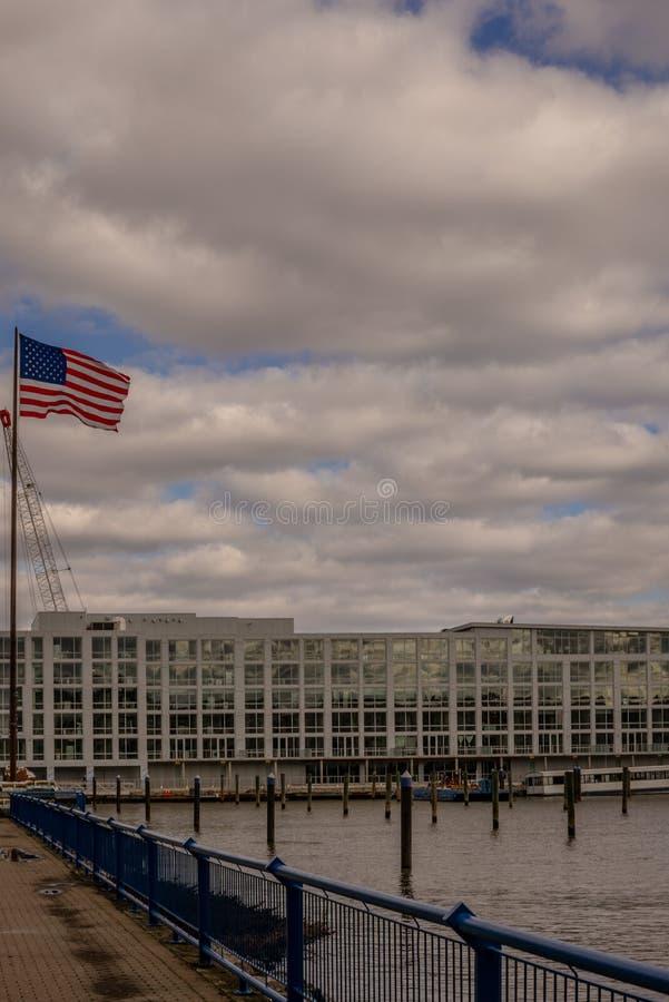 在哈得逊河的美国旗子飞行在新泽西 库存图片