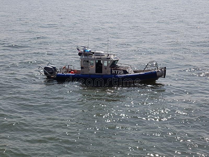 在哈得逊河的NYPD小船 免版税库存图片