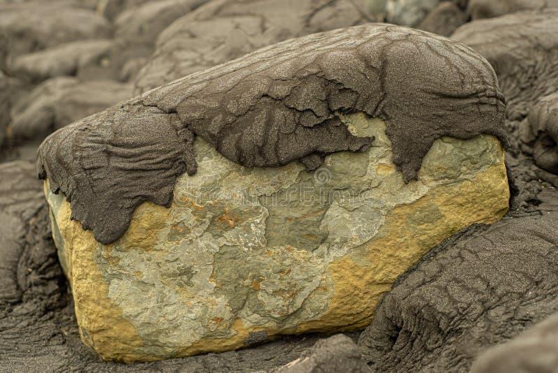 在哈灵根港口的被暴露的岩石海洋防御  免版税库存照片