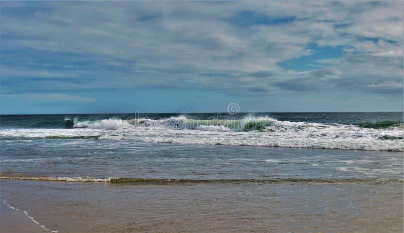在哈特拉斯角的大波浪 免版税图库摄影