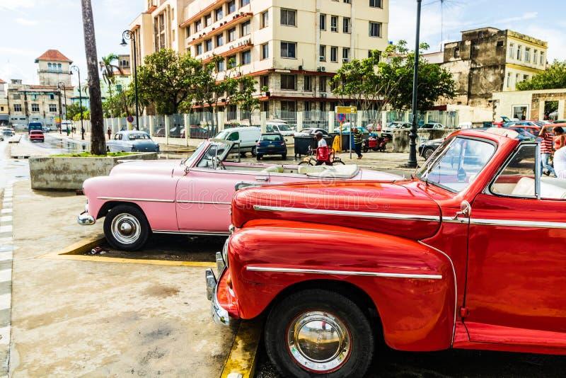 在哈瓦那旧城,古巴街道上停车场美国经典  库存照片