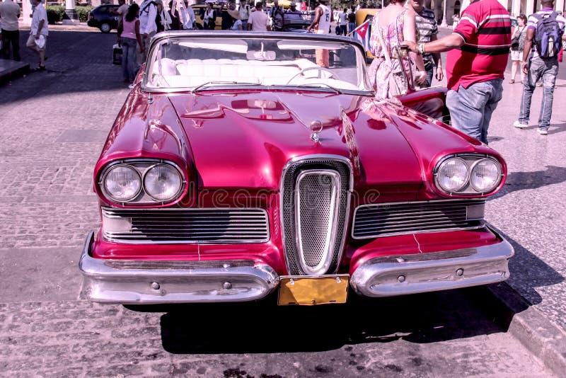 在哈瓦那租赁的20世纪50年代老和生锈的红色美国汽车,古巴 库存图片