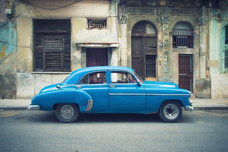 在哈瓦那街道停放的葡萄酒汽车 库存图片