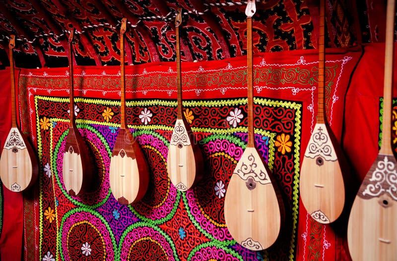 在哈萨克人yurt内部的Dombra仪器 库存图片