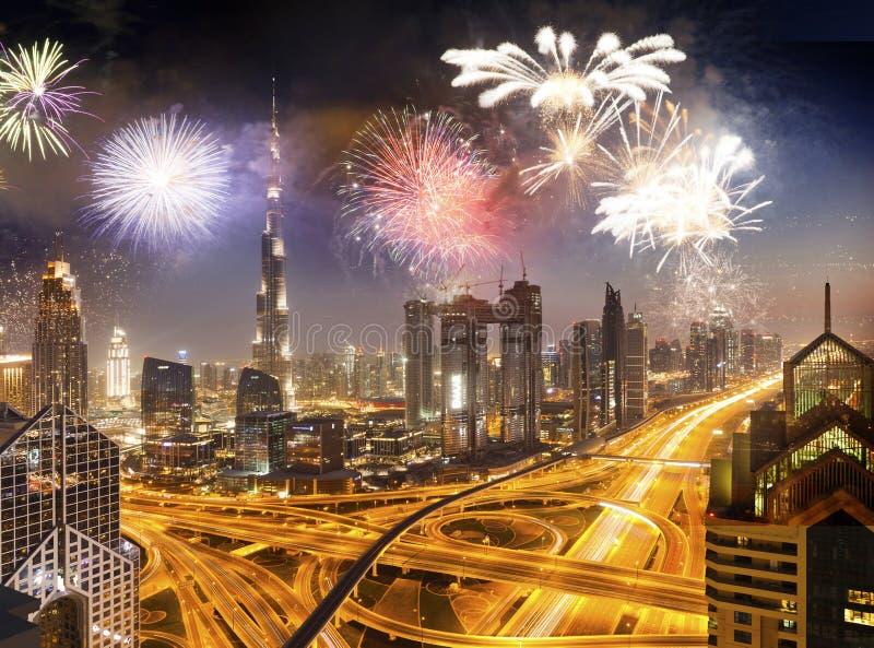 在哈里发塔附近的烟花-异乎寻常的新年目的地,迪拜,阿拉伯联合酋长国 免版税库存照片