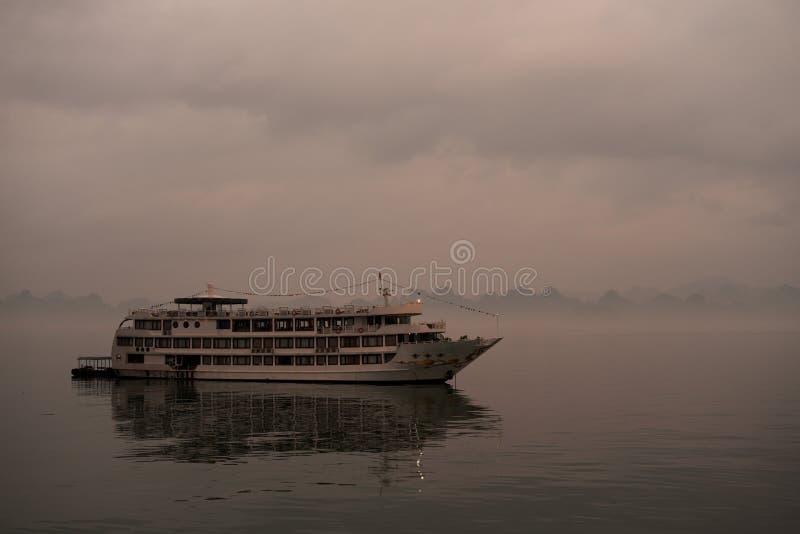 在哈隆海湾的一条巡航小船 免版税库存照片