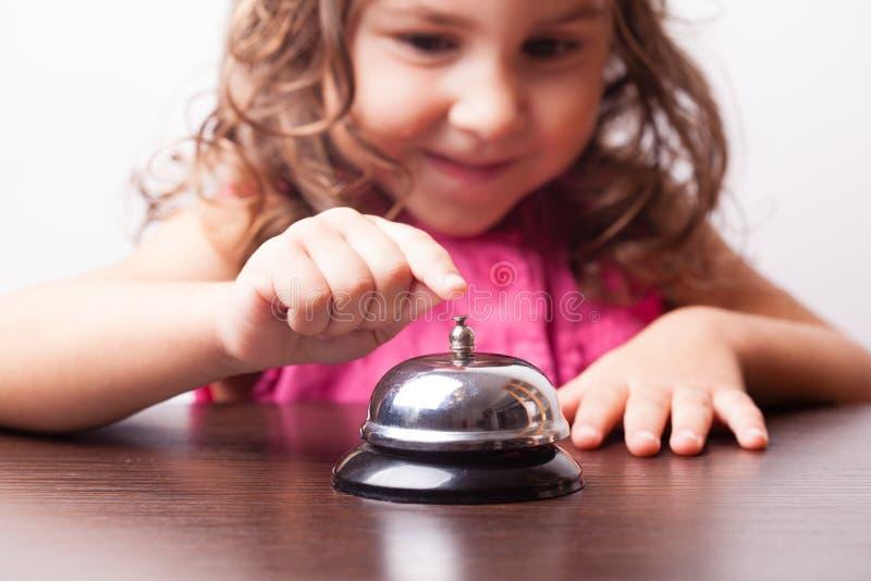 在响铃的女孩推挤 免版税库存照片