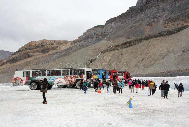 Download 在哥伦比亚冰原的雪教练 图库摄影片. 图片 包括有 乐趣, 游览, 哥伦比亚, 旅游业, 岩石, 旅行家 - 59109022