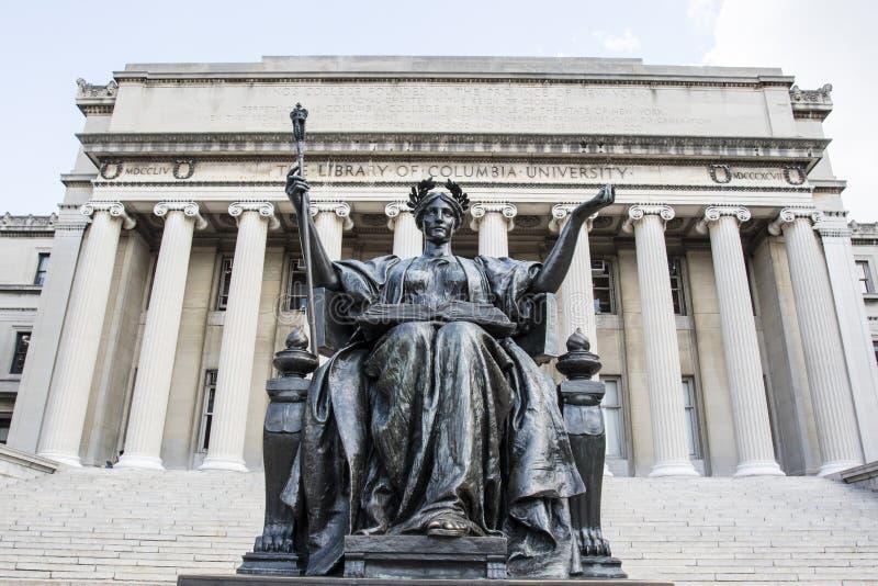 在哥伦比亚大学前面图书馆的母校雕象在上部曼哈顿,纽约 免版税库存照片