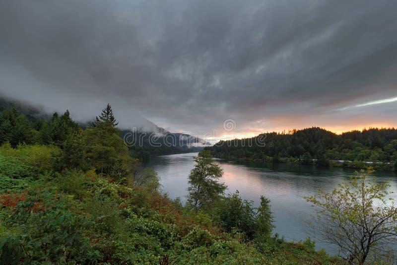 在哥伦比亚河的低云日落的在俄勒冈 库存图片