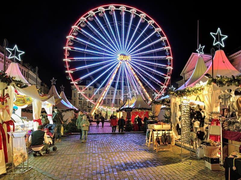 在哥本哈根Nytorv广场的圣诞节市场在晚上 库存照片