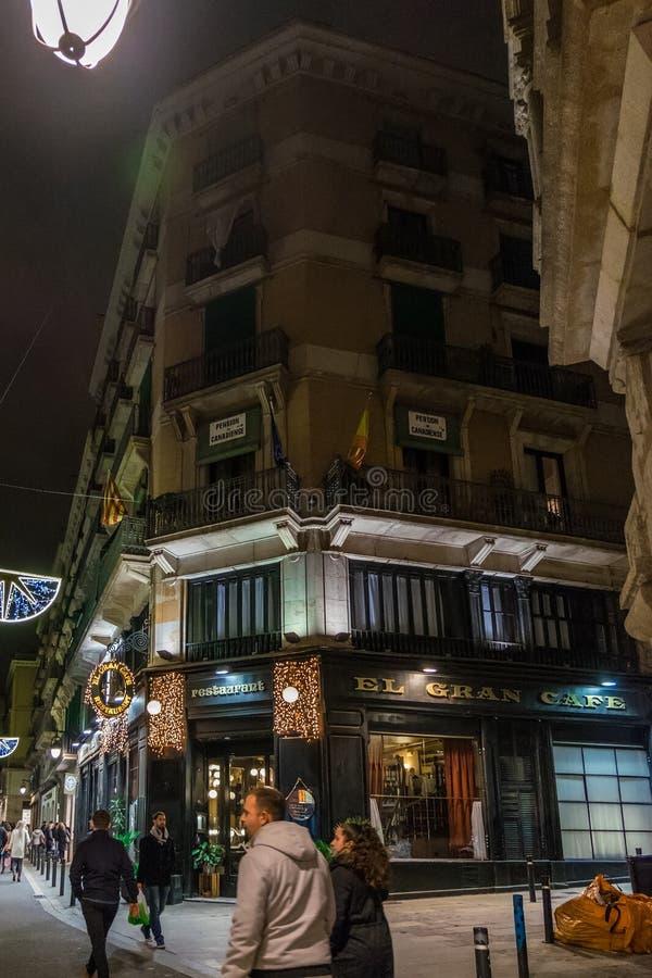 在哥特式处所的典型的街道在晚上,在巴塞罗那,加泰罗尼亚,西班牙 库存图片