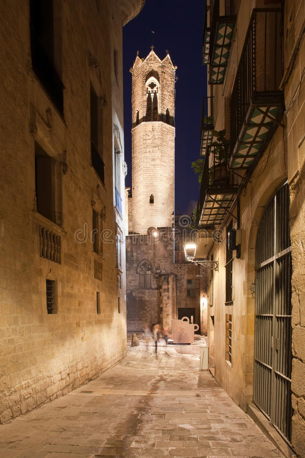 圣阿佳莎皇家教堂的钟楼在哥特式处所(barri gotic)的晚上巴塞罗那在图片