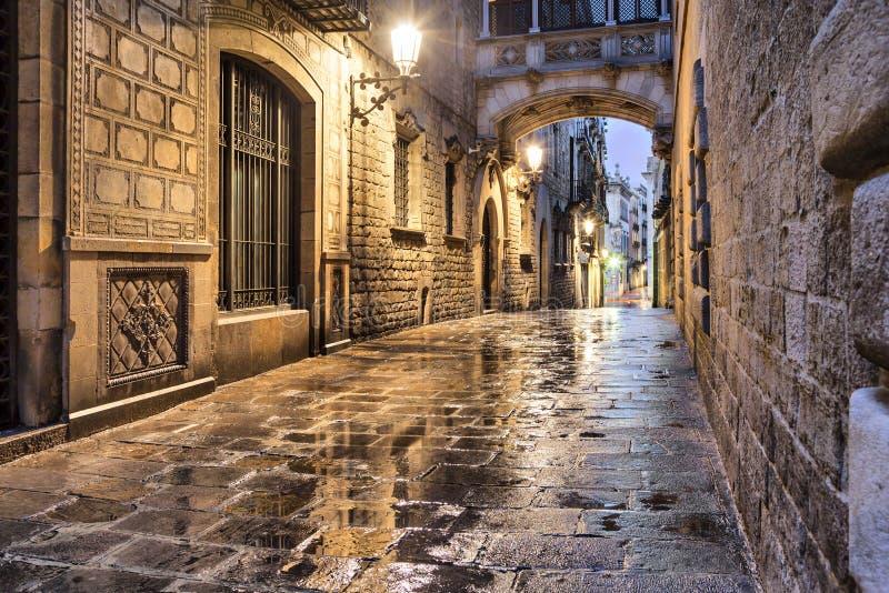 在哥特式处所,巴塞罗那的狭窄的街道 库存照片