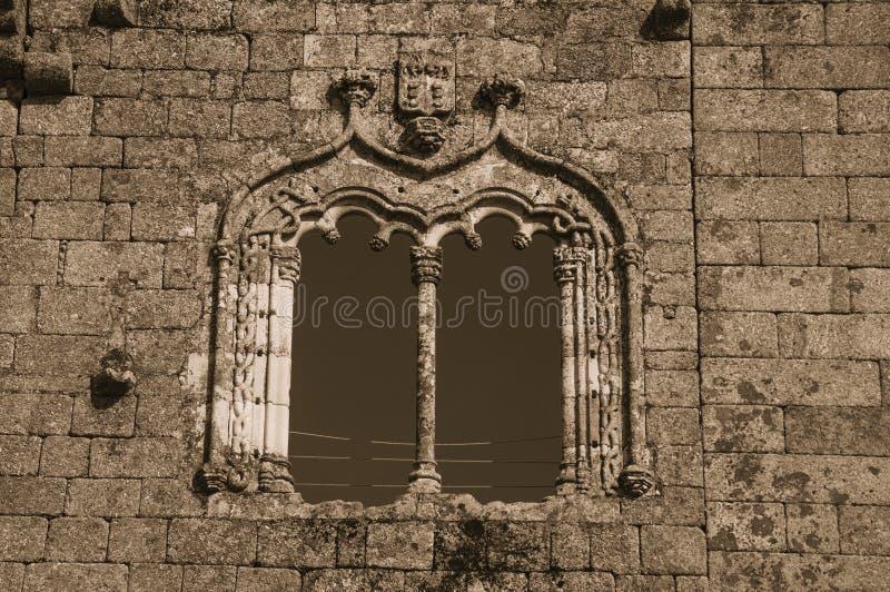在哥特式样式的窗口在一个石墙上 库存图片