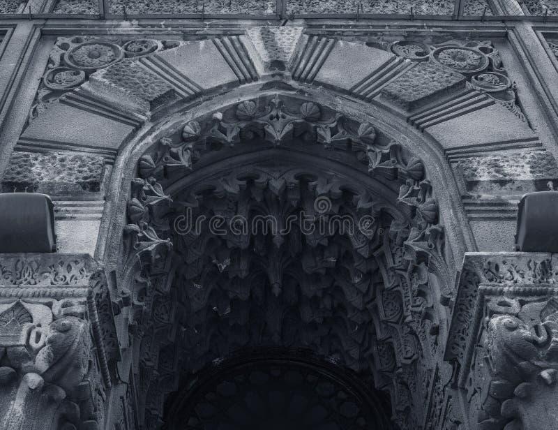在哥特式样式的美丽的建筑曲拱 免版税库存照片
