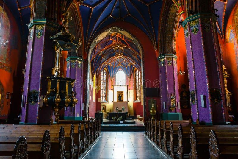 在哥特式样式的15世纪建造的天主教会的内部 免版税库存照片
