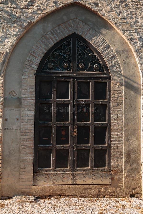 在哥特式建筑的城堡窗口在欧洲 图库摄影