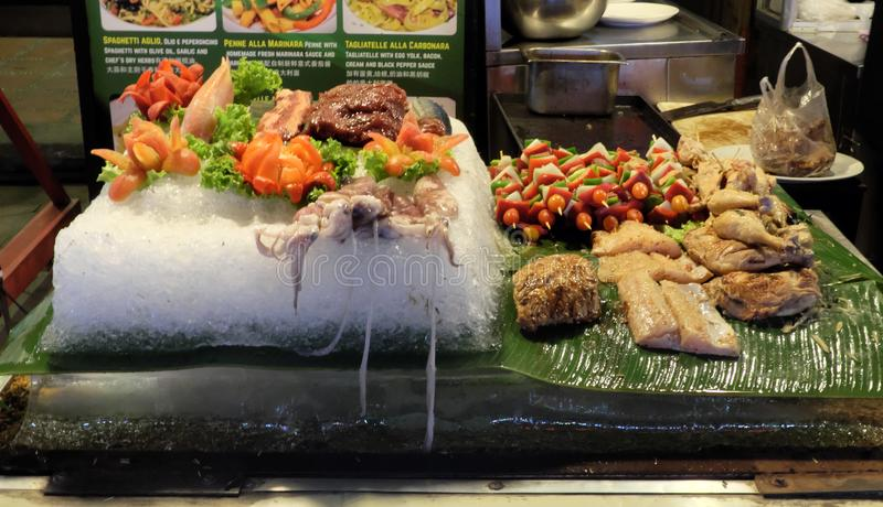在哪些的一块大冰板材菜、肉、鱼和章鱼说谎,街道食物 免版税库存图片