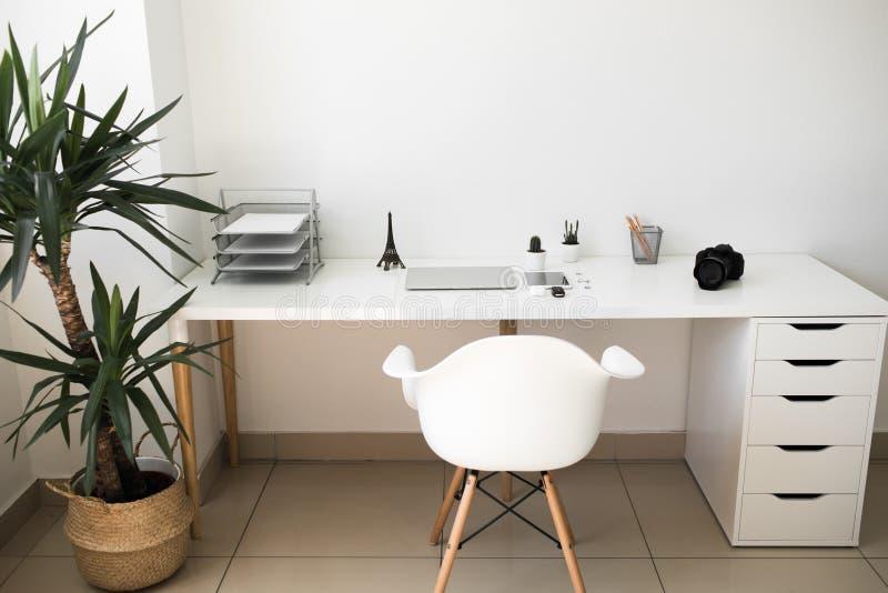 在哪台膝上型计算机、咖啡、片剂、照相机和其他项目的办公室桌 免版税库存图片
