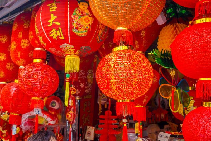 在唐人街驱散的装饰灯笼,新加坡附近 中国` s新年 狗的年 在中国镇拍的照片 库存照片