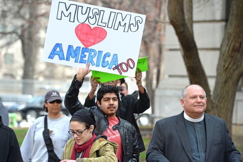 在唐纳德・川普集会之外的抗议者 库存图片
