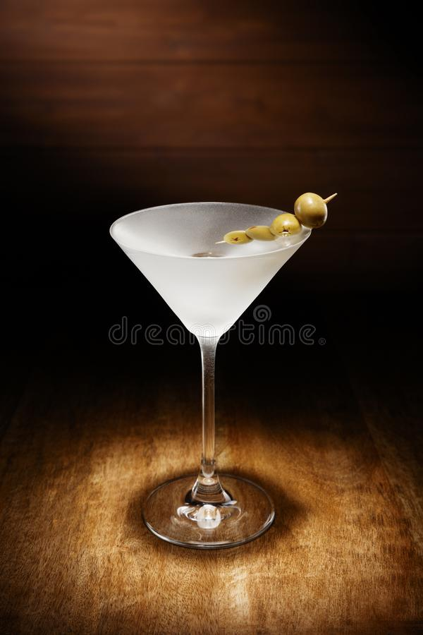 在唯一变冷的马蒂尼鸡尾酒的聚光灯,用橄榄,在da射击了 库存图片