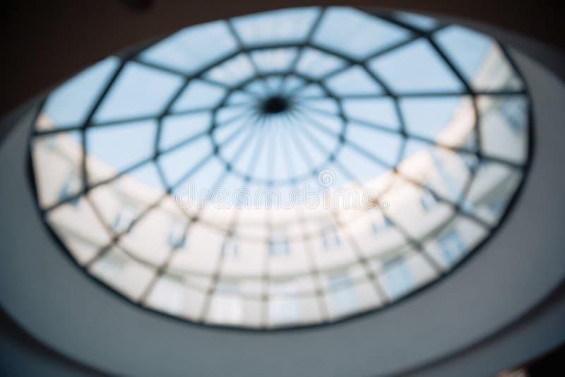 在商业中心的大厅的玻璃天花板 免版税库存图片