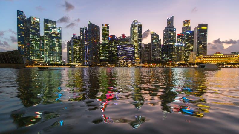 在商业区小游艇船坞海湾的大厦地平线在夜间 新加坡被认为一个全球性财政插孔 库存图片