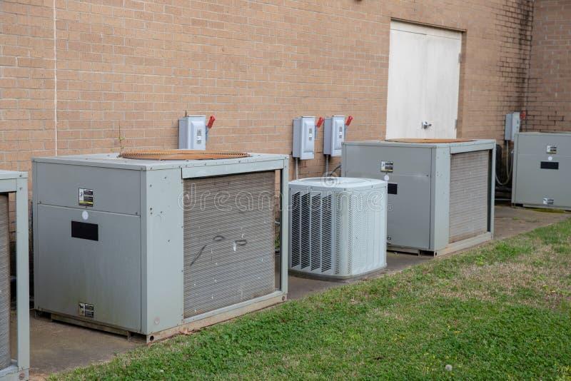 在商业大厦之外的多个空调单位 免版税库存照片