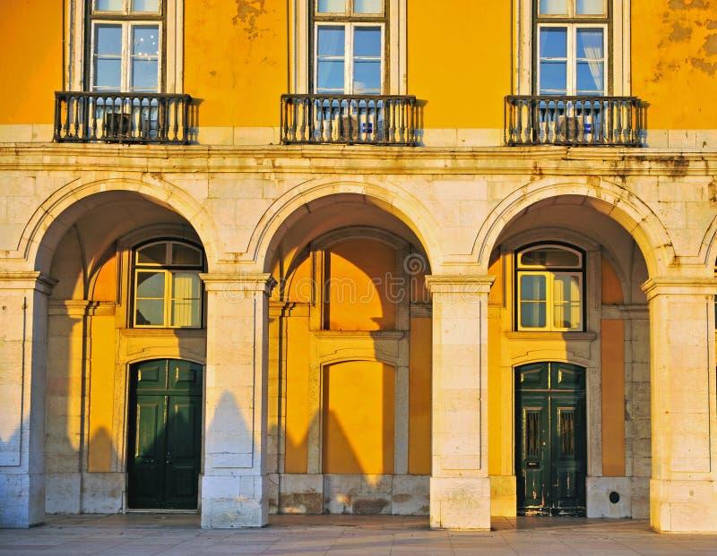 在商务正方形,里斯本的五颜六色的大厦 免版税库存照片