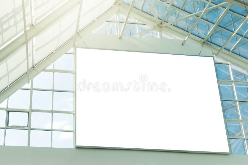 在商城的大空白的牌 免版税库存照片